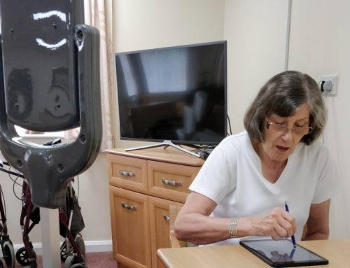 Desarrollan un robot que cuida de la gente mayor